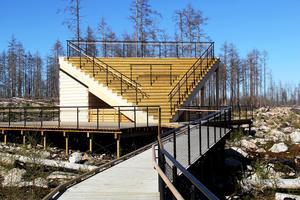 Bakom och under trappen finns en grillplats under tak med vacker utsikt. Just nu råder dock eldningsförbud.Området är handikappsanpassat.