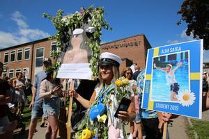 Alva Eriksson på Hagagymnasiet förärades med två studentskyltar.