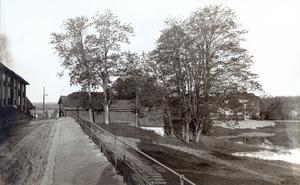 Smedjegatan. Bryggaregården till vänster i bild. Vallmos källare mitt i bild.                    Bild: Lindesbergs kommuns kulturhistoriska arkiv