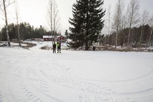 På den här vändplatsen menar familjen att skolskjutschaufförerna, enligt kommunen, inte kan vända. Detta trots att timmerbilar med släp gör det.