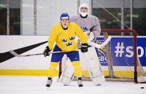 Fredrik Bergvik var en del av Sveriges trupp till junior-VM 2014. Här på en träning med förra SSK-spelaren William Nylander. Foto: Bildbyrån