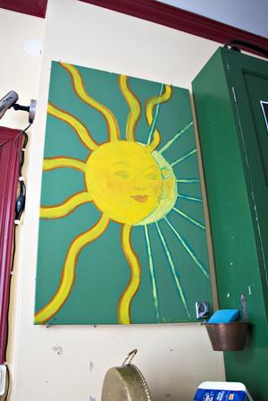 På väggen hänger en extra kökslucka. Solen och månen har konstnären Gregor Löjdström – som också hade ateljé i huset – målat till Maria.
