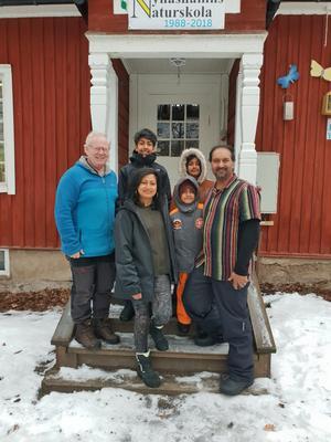 Naturskolans grundare Mats Wejdmark tog emot den besökande familjen från Nya Zeeland.