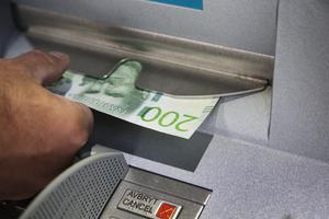 De största bankerna i Sverige blir från och med 1 januari skyldiga att tillhandahålla platser för kontantuttag. Arkivbild.