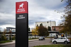 Skylt med symbol för Region Dalarna, vid Falu lasarett.