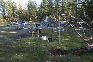 Träkonsturktioner av vad som varit tält har lämnats när lägren övergetts.