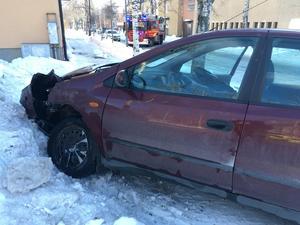 Fyra personer färdades i den röda bilen. Föraren i den bilen hann inte bromsa när föraren i den silvriga bilen inte följde högerregeln.