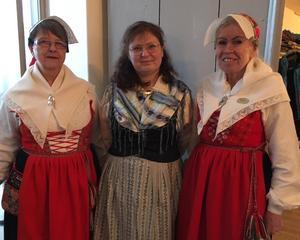 I vapenhuset hälsades alla besökare välkomna av från vänster Annika Lärka, Gagnefs Kyrkby, Ulrica Wärnfeldt i tunadräkt, Djurmo och Liisa Rantanen,  Djurås.
