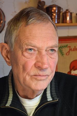 Ulf Hedberg konstaterar att färgen är ofarlig – men sitter kvar och kan vara till hjälp för att identifiera en gärningsperson.
