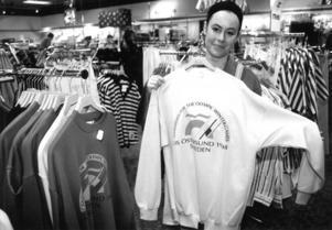 På Åhléns reades OS-tröjorna ut på halva priset efter att Nagano fått spelen. Teresa Nilsson visar upp en vit tröja med loggan, som var densamma som för kandidaturen inför 1994 med endast årtalet ändrat. Foto: Sten Eklund