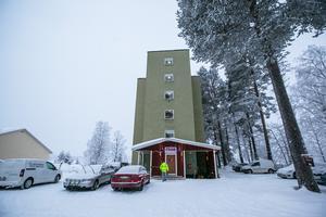 """""""Höghuset"""" i Backe såldes av Strömsunds kommun till RSMH Fjällsjö 2002 för en symbolisk 20-kronorssedel. I och med det slapp kommunen bekosta en rivning och RSMH kunde skapa ett socialt centrum i samhället."""