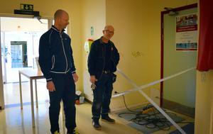 Owe Hedin och Rune Åsåker konstaterar att skadan utanför simhallen är av det mindre slaget.