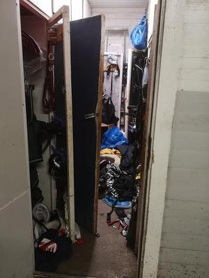 I den privata sadelkammaren hade tjuvarna gått igenom skåpen och grejerna låg huller om buller.   Bild: Privat