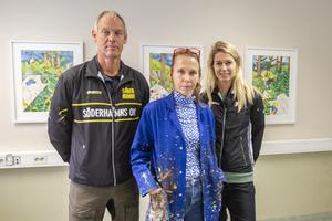 Ann-Caroline Breig, i mitten, fick på onsdagen besök i sin ateljé av tävlingsledaren Sören Calleberg och en av Sveriges och världens bästa orienterare, Lina Strand.