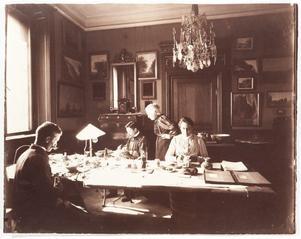 Grevinnan Wilhelmina von Hallwyl övervakar katalogiserandet av samlingarna. Pressbild: Hallwylska museet