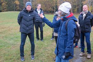 Mathias Fredriksson och Karin Englund Mäki har olika syn på hur ÖSK-området påverkas ifall tre villor byggs. Till höger: samhällsbyggnadschef Kjell Svanberg.