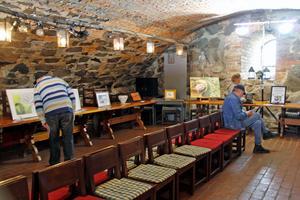 I källaren på Kungsudden fanns en samlingsutställning med verk från alla deltagande konstnärer och hantverkare.