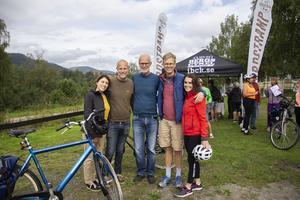Staffan och Sepideh Friberg (till vänster) har rest hela vägen från Illinois, USA för att cykla Gårdstrampet. Anders och Amaya Friberg (till höger) har rest från Berlin. Pappa Bernt Friberg i mitten har cyklat Gårdstrampet alla tre år.