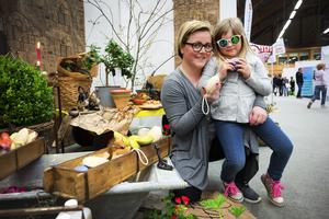 Linda och Emma Häreby från Östavall var på jakt efter en present.