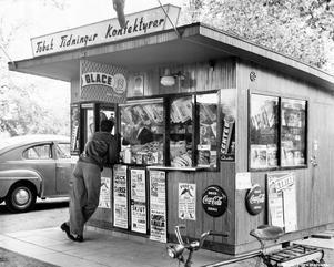 Kiosk på Söder, 1958. Fotograf: Okänd (Bildkälla: Örebro stadsarkiv)
