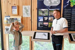 8-åriga Axel Karlsson var yngst på föredraget om varg och samtidigt var Axel hela tiden aktiv med frågor till Håkan Sand, om rovdjur och fäbodbruk och mycket mer.
