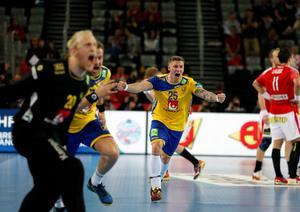 Linus Arnesson jublar ikapp med sina lagkamrater efter skrällsegern mot Danmark i EM-semin. Foto: Darko Bandic/AP