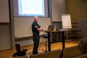 Polisen Per-Yngve Velander höll i föreläsningen under kvällen.