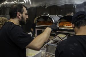 Det finns åtta små ugnar som drivs med gas i P-za:s nya food-trailer. Francesco Mondelli hade fullt upp på smyg-invigningen.Foto: Bengt Pettersson