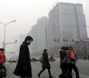 Tät smog. I Kina ses klimatåtgärder som ett hot mot ekonomisk tillväxt och välstånd för hundratals miljoner kineser, skriver debattörerna. foto: scanpix