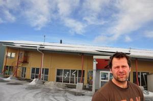 Marcus Åkerblom i Östersunds IK föredrar att hålla sig skeptisk till de nya planerna ända till det börjar byggas. Fram tills dess är hockeyn kvar i Z-hallen, bakom honom.Foto: hans-Råger Bergström