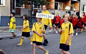 Paraden genom samhället drar många åskådare. Här är det Äppelbos unga som marscherar i förra årets parad.FOTO: BOEL FERM/ARKIV