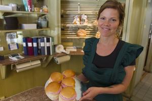 Paulina Westman på Bodins bageri säger att kunderna blir lite förvånade när de ser vad de först tror är en vanlig semla.