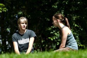 Först. Mia Lindgren (till höger) var den första personen i Dalarna som vaccinerade sig mot livmoderhalscancer.