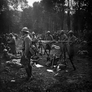 Soldater i läger. Fanan ligger stödd på klykor för att den inte ska nudda marken.