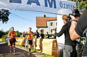 Målgång. Efter tio timmar och 6.4 mil kom Västeråsduon Team Actic slutligen i mål på en fjärde plats.FOTO: JAKOB EDHOLM