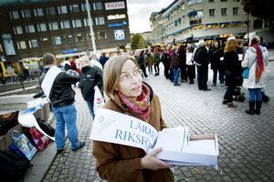 Karin Ahlgren lämnade över löneuppropet som kom från så gott som samtliga grund- och gymnasieskolor i Gävle. Både fristående och kommunala.