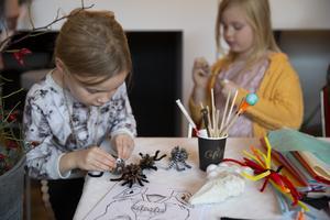 Även det traditionella halloweenpysslet lockade. Här gör Ellie Jannerman en kottspindel.