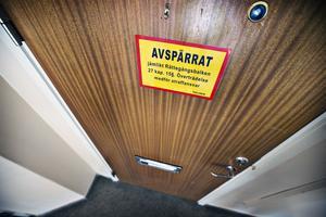 Bakom den här dörren misstänks kvinnorna och mannen  ha misshandlat en kvinna så svårt att hon fördes till akutmottagningen i Västerås efter att hon lyckats fly.  Misshandeln ska ha pågått i flera dygn.