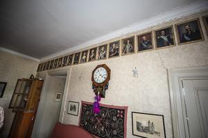 Övervåningens sällskapsrum  pryd av 22 kungligheter på ena väggen.