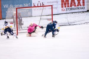 Mattias Krantz i Borlänge överlistar BS_målvakten Patrik Hedberg och reducerar här till 1–2 i slutet av första halvlek.