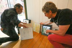 Tomas Borg och Lennart Mossberg sorterar bland konstverken som valts ut till årets sommarsalong.