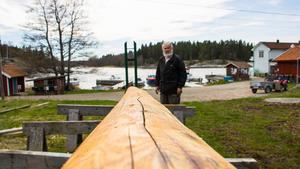 Arholma intresseförening har fått 40 000 till ny midsommarstång. Den förra gick av förra året. På bilden föreningens Lennart Fransson.