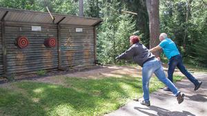 Kenneth Nordberg och Tina Nordberg kastar sina yxor mot måltavlorna. Övningsbana finns i Folkets park i Kolsva.