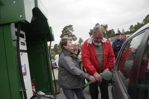 Lillemor Sjöström fick äran att premiärtanka. Kent Falkenström, en av de drivande eldsjälarna bakom mackprojektet, assisterar.