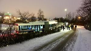 Bussen körde fast i nysnön och stod i vägen för övrig trafik. Läsarbild: Daniel Wiking