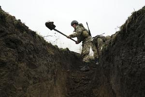 Ukrainska soldater kräver skyttegravar när frontlinjen mot den ryska invasionen i östra Ukraina.