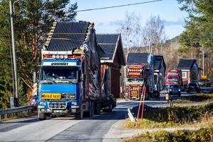 Tre lastbilar fraktade husets fem moduler från Solberg till Västerhusänget.
