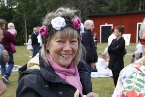 Kristina Sahlander med virkad blomsterkrans sågs vid Öja.
