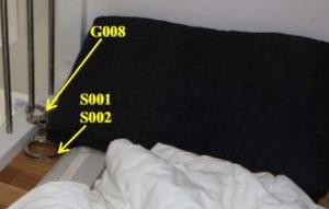 I den här sängen ska mannen ha legat fastkedjad med handfängslet. Foto: Polisens förundersökningsprotokoll.
