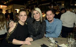 Vännerna Linda Viklund, Mikaela Lundin och Per Johansson hoppas att det blir en rolig och minnesvärd hemvändar festkväll.